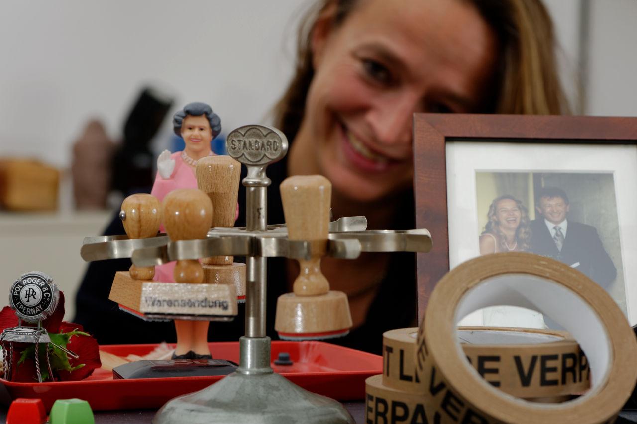 Nina von Wahlberg am Schreibtisch