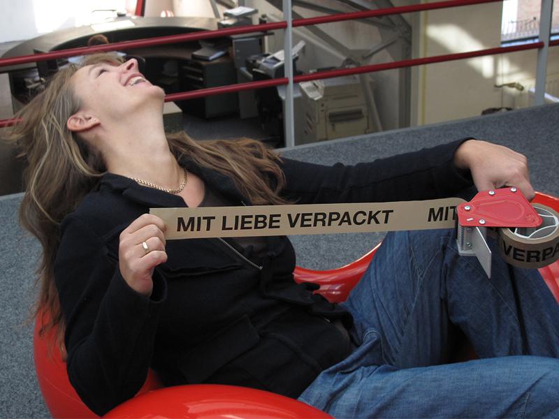 Foto: Nina von Wahlberg mit dem Klebeband